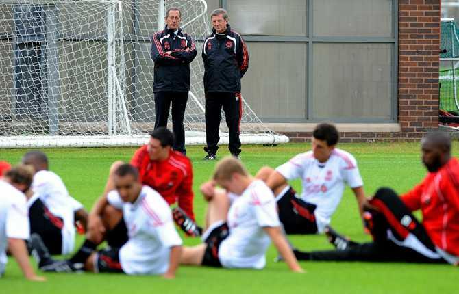 Roy pratar med Liverpools medicinske ansvarige Peter Brukner.