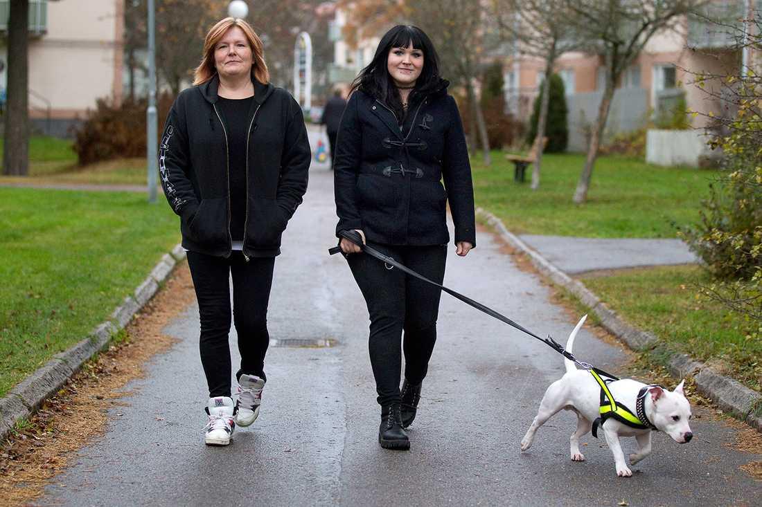 """""""När man själv varit med om att känna sig otrygg vill man att andra ska slippa den rädslan"""", säger Sofie, här är hunden Aroz med på promenad."""
