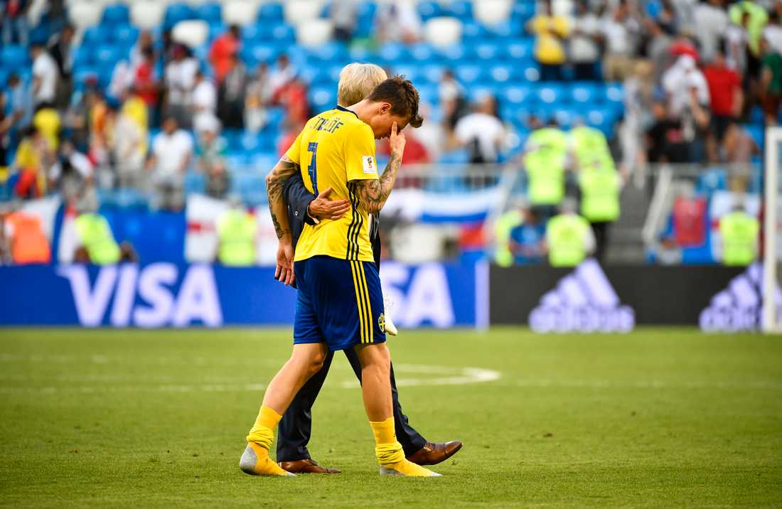 Richt kramade om och tröstade en förkrossad Victor Nilsson Lindelöf efter matchen.