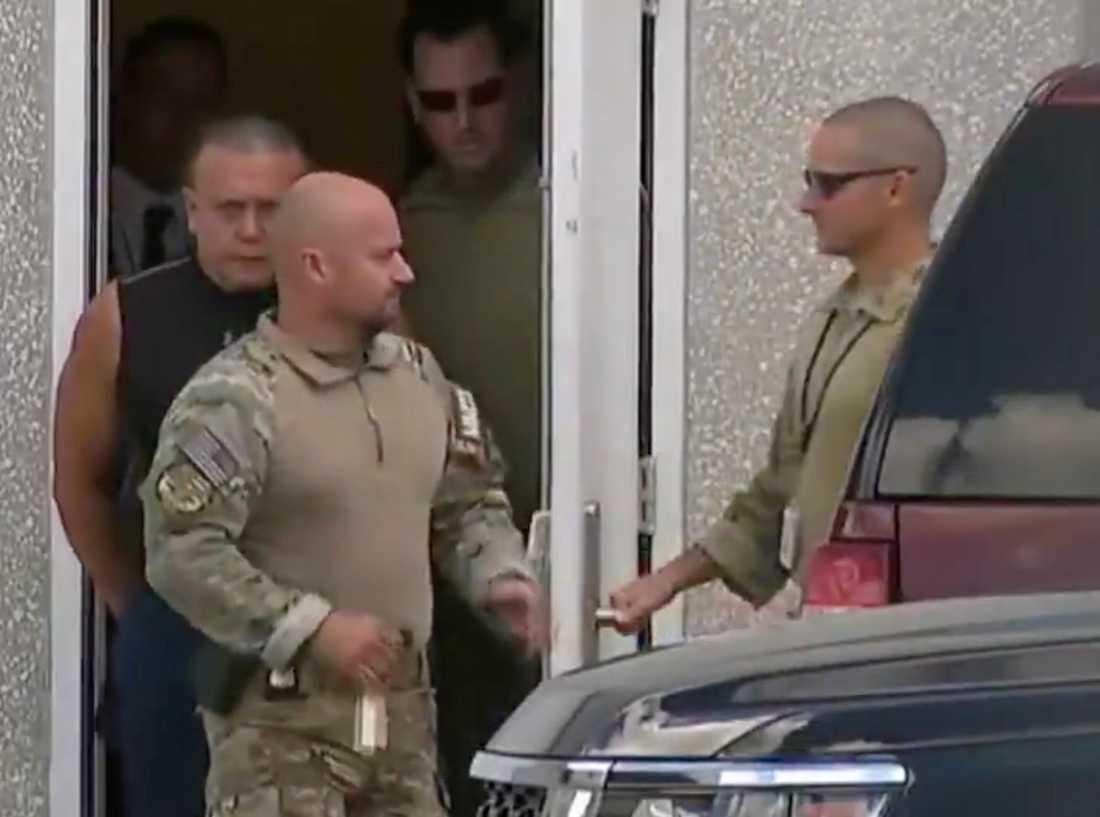 Cesar Sayoc eskorteras ut ur FBI:s lokaler i Miramar, Florida.