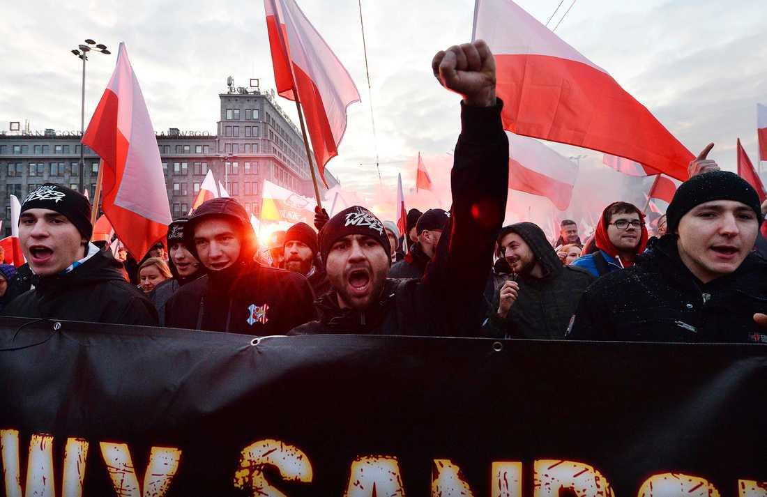 Högerextremister och nationalister marscherade i Warszawa för att markera Polens självständighetsdag den 11 november.