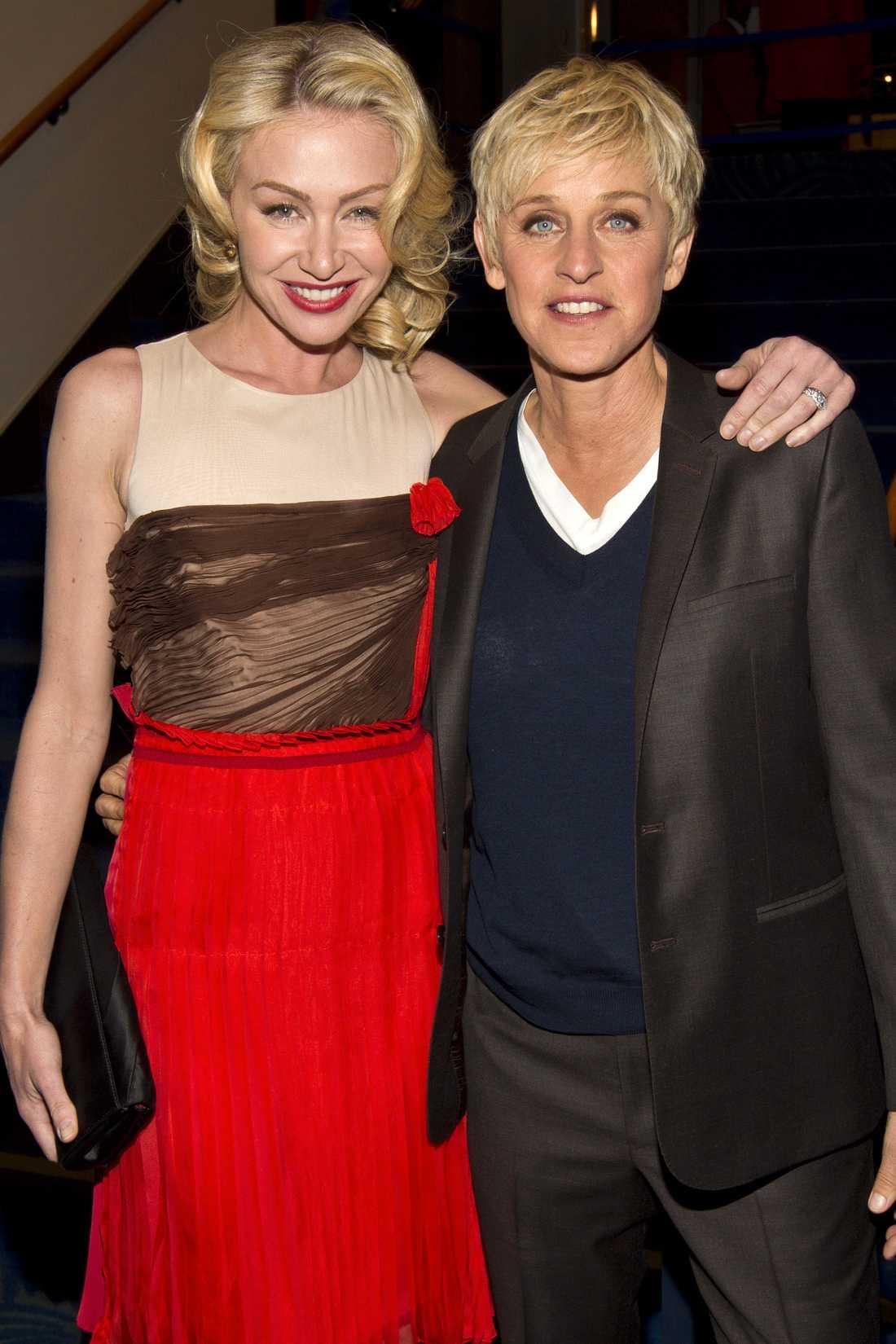 """PORTIA DE ROSSI Skådespelaren är sedan 2008 gift med komikern Ellen DeGeneres. Så här beskriver hon mötet med tv-stjärnan: """"Mina knän blev svaga och det kändes som att jag blev skjuten i hjärtat med en pil. Vi gillade varandra väldigt, väldigt mycket och det fanns definitivt en hel del kemi där""""."""