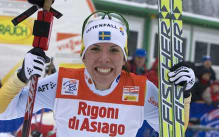 KROSSADE VÄRLDELITEN – IGEN Charlotte Kalla, 20, svarade för ett nytt superlopp i dag. Och nu är hon väldigt nära de riktigt, riktigt stora pengarna i Tour de Ski.
