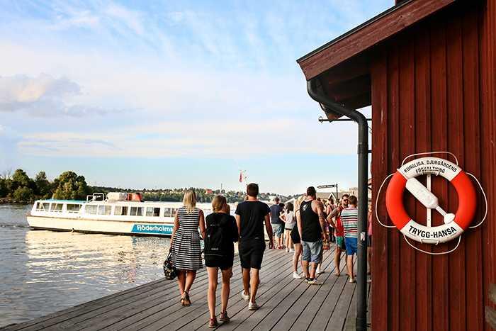 Fjäderholmarna är lättillgängligt för besökare från huvudstaden då båten bara tar cirka en halvtimme.