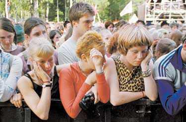 """TYST MINUT Hultsfredspubliken håller en tyst minut för Sara Odin som klämdes till döds under festivalen 1999. Efteråt lovade regeringen att se över säkerheten på stora publikevenemang – men ingenting har hänt. """"Det har tagit för lång tid"""", erkänner Räddningsverket."""