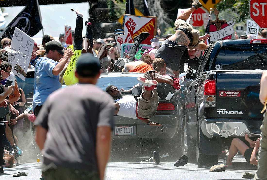 En bil körs rakt in folkmassan av motdemonstranter – en person dödas och ett tjugotal skadas.
