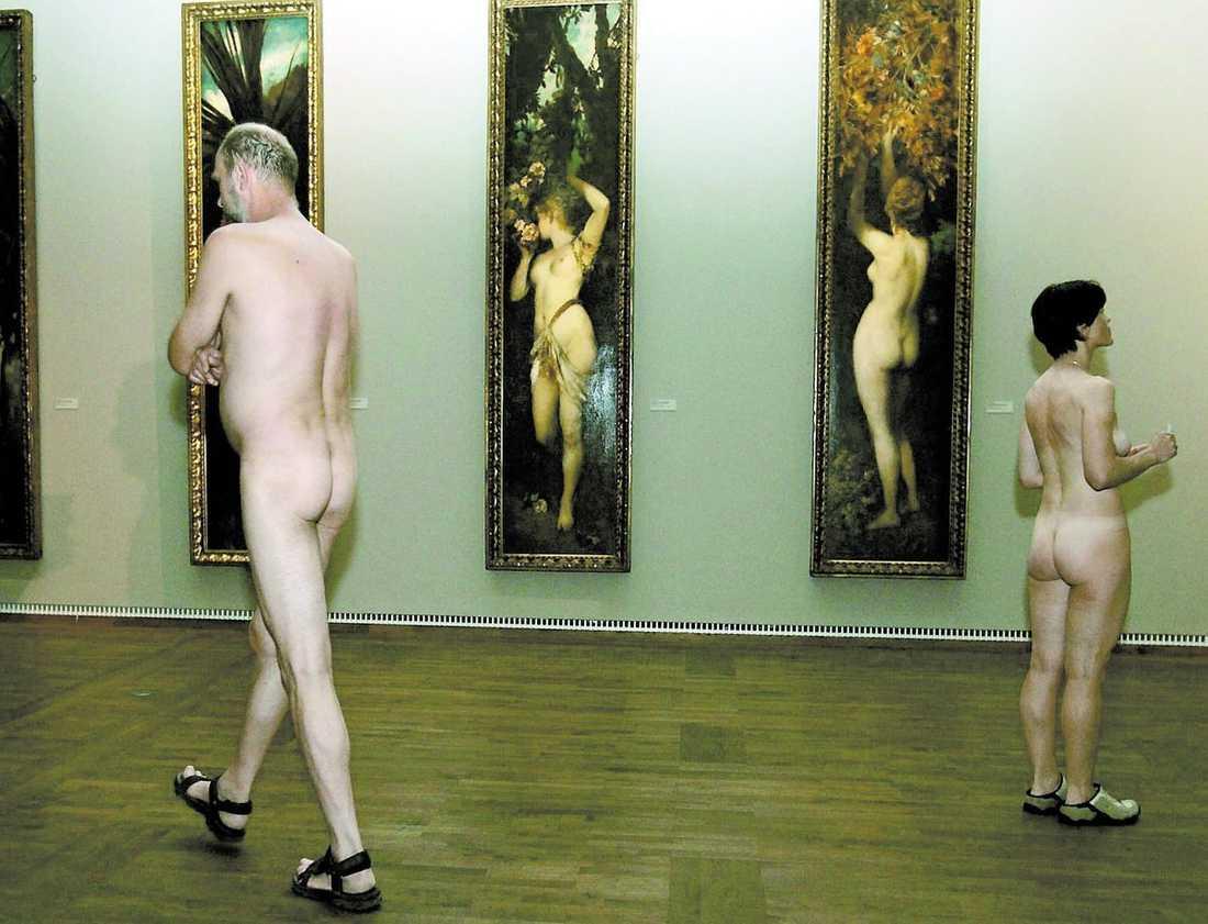 klä av dig – gå gratis Ett museum i Wien lockade med gratis entré för nakna besökare. Utställningen – en samling av erotisk 1900-talskonst.