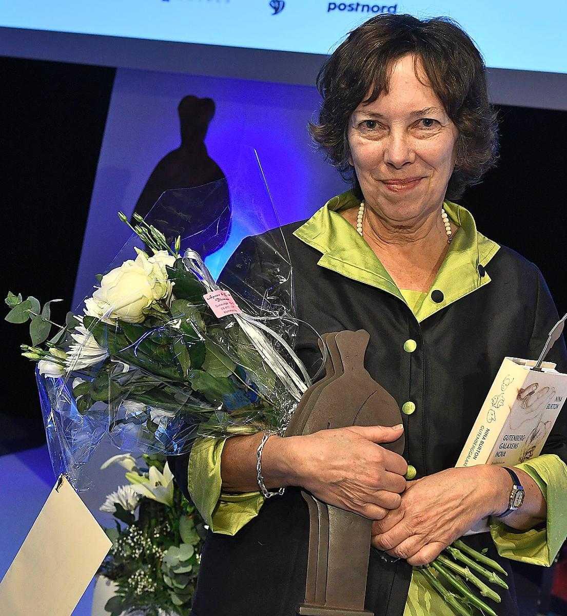 """Nina Burton fick Augustpriset i kategorin årets svenska fackbok för sin essä """"Gutenberggalaxens nova""""."""