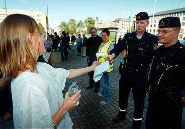 EN FÖRSONINGSGEST Lisa gav poliserna vid gårdagens manifestation en vit pion.