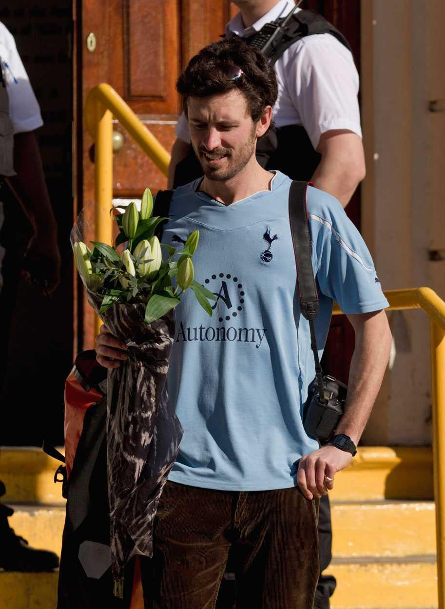 Ett Tottenham-fan lägger blommor utanför London Chest Hospital, där Muamba vårdas av hjärtspecialister.