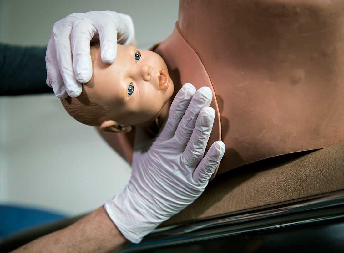 Här är barnets huvud ute och barnmorskan har då försökt att leda ut huvudet så att det passerar med minsta möjliga omfång genom slidmynningen.