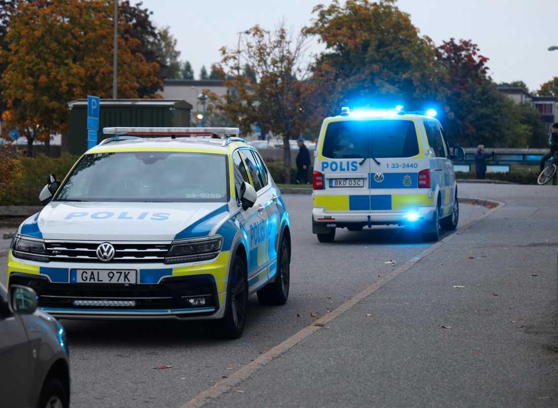 En person har anhållits misstänkt för mordförsök och en har gripits efter en skottlossning i Tensta under torsdagskvällen.