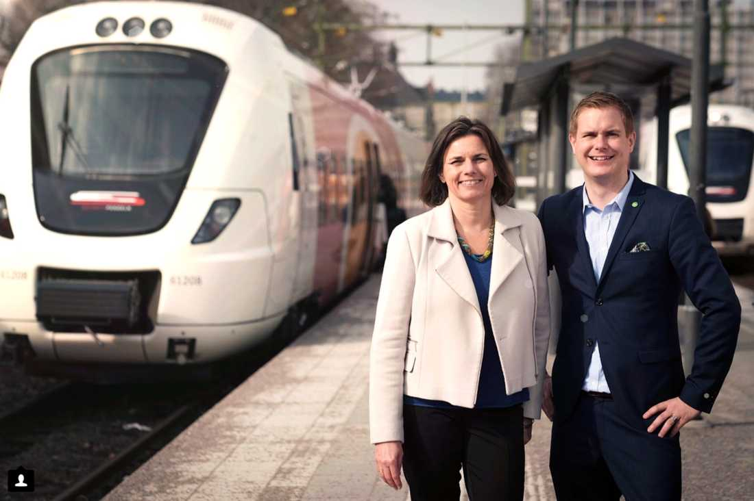 Isabella Lövin och Gustav Fridolin på väg ut på sin tågresa.