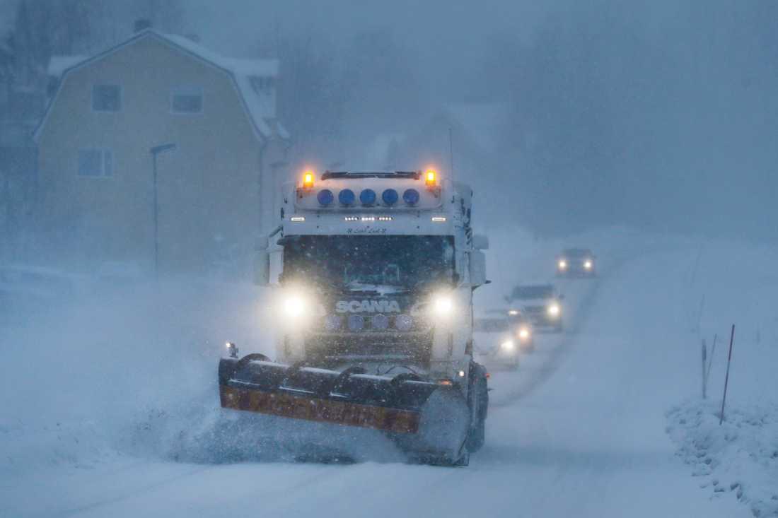 Stora mängder snö väntas. På bilden plogas det i Sundsvall.
