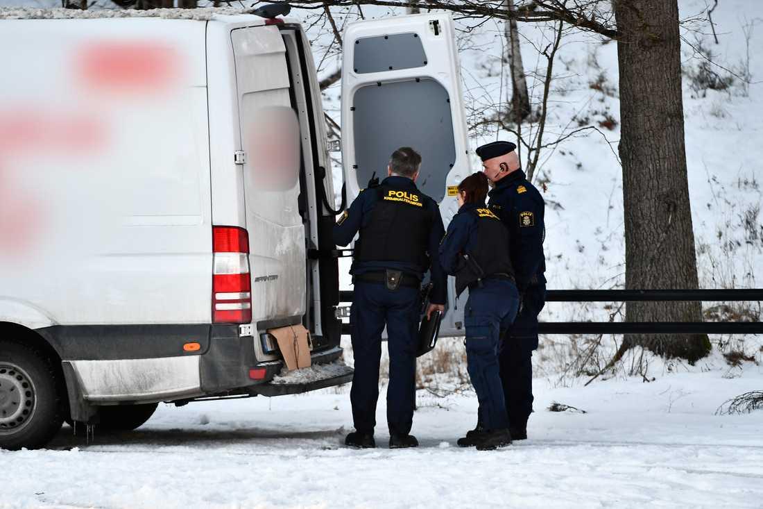 En kvinna och ett barn har hittats döda i en bil i södra Stockholm.
