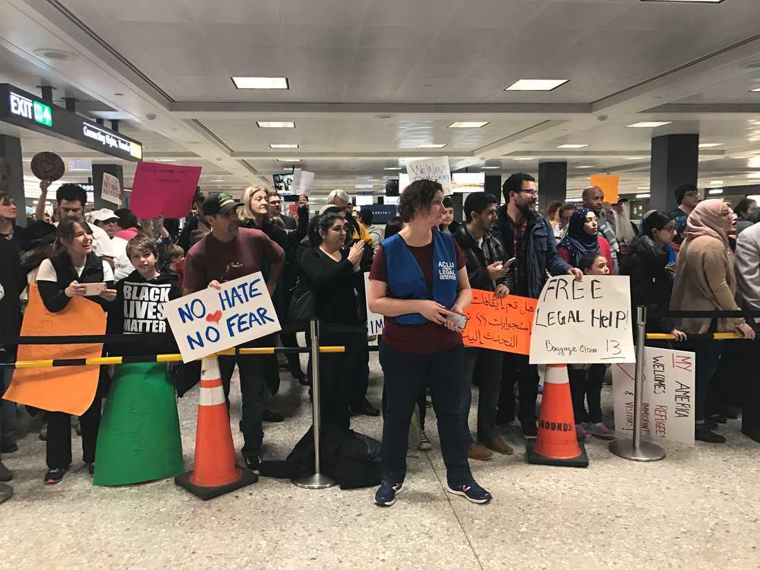 Hundratals människor samlades på söndagen på Washingtons internationella flygplats för att protestera mot Donald Trumps inreseförbud.
