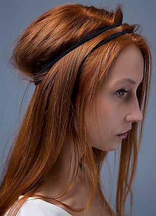 1. Börja med att lägga håret i en slarvig snedbena. Applicera ett torrshampo eller någon annan texturprodukt för att göra håret mera lättarbetat, då kommer frisyren dessutom att hålla bättre. Fäst ett dubbelt hårband över huvudet och dra ut lite hår mellan de båda banden.