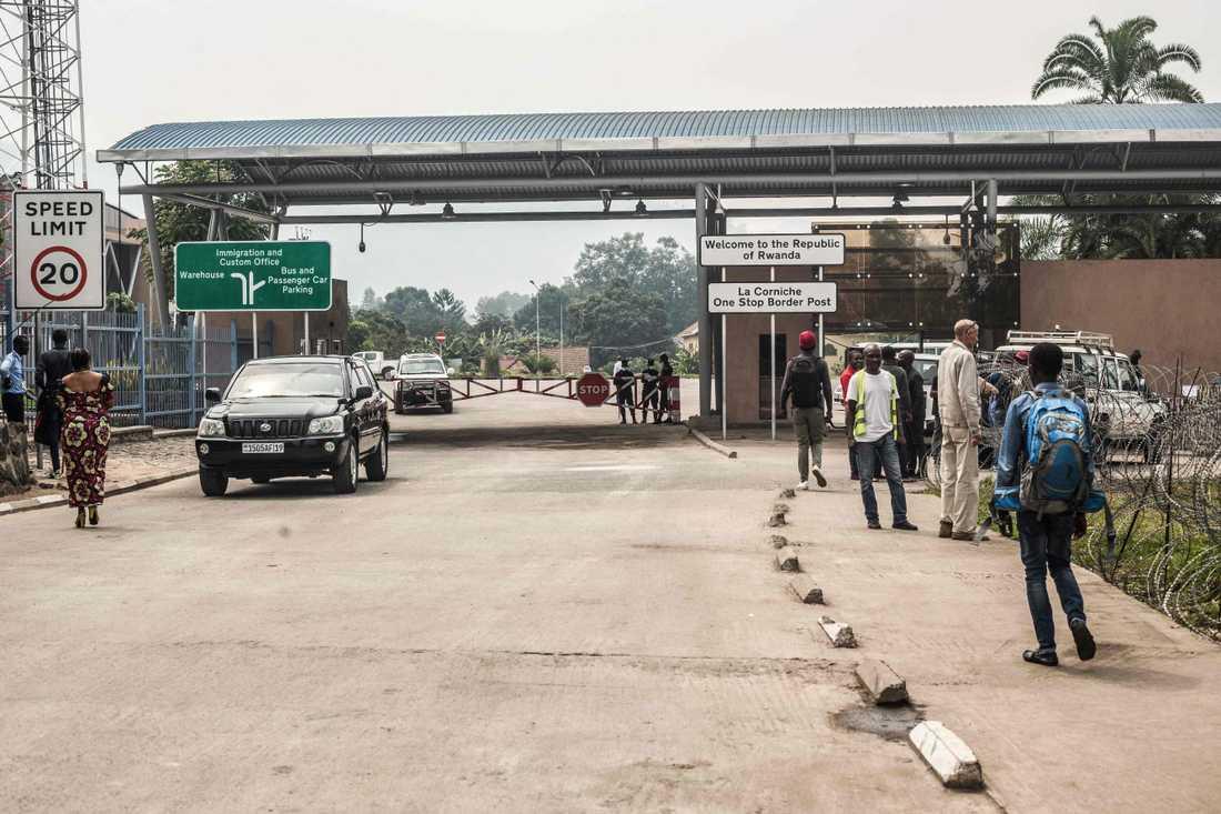 Det har kommit motstridiga uppgifter från Rwanda om gränsen mot det eboladrabbade Kongo-Kinshasa. Bilden visar gränsen mellan länderna som brukar vara full av människor.