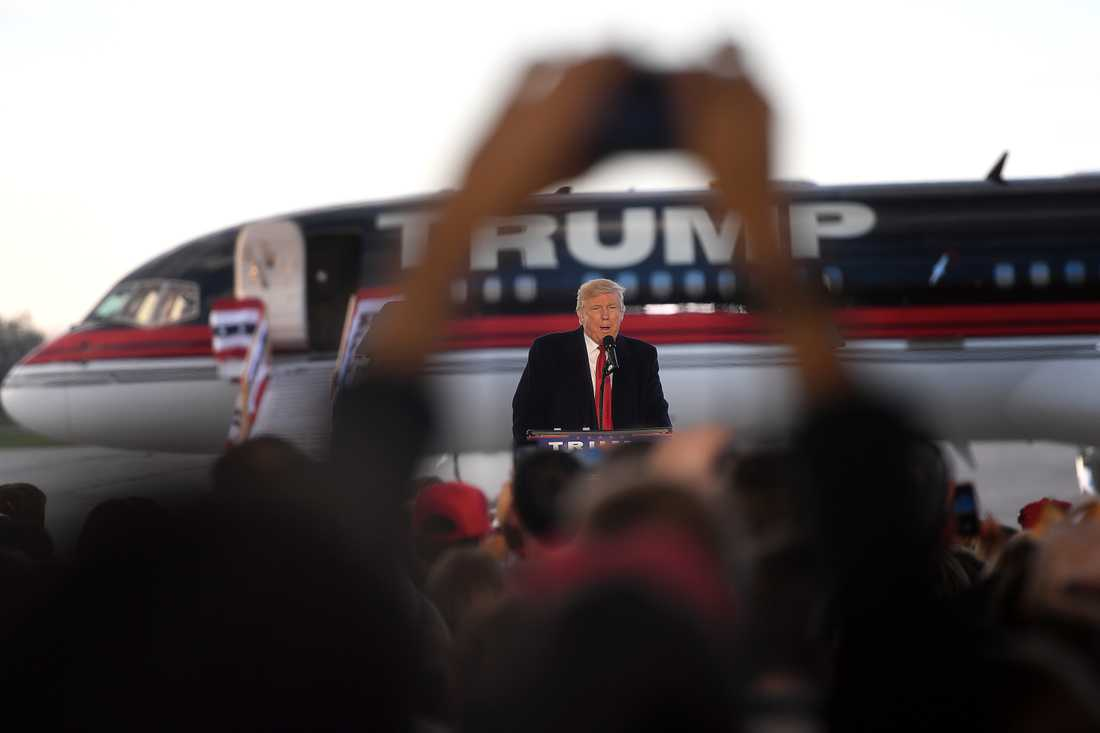 """SEGERVITTRING I början av november, bland annat efter nya uppgifter kring Hillary Clintons e-postskandal, har vinden vänt för Donald Trump. """"Donald Trump gör en entré värdig en president. Hans privatjet glider långsamt upp framför de tvåtusen anhängarna i flyghangaren. Ett våldsamt jubel stiger mot den blåmulna himlen när han kliver ut på flygplanstrappan dekorerad med den amerikanska flaggans färger"""" skriver Aftonbladets Wolfgang Hansson, på plats på Donald Trumps kampanjmöte i Wilmington, Ohio. – Om fyra dagar kommer vi att vinna den storslagna delstaten Ohio och vi kommer att vinna Vita huset, sa en republikanske presidentkandidaten."""