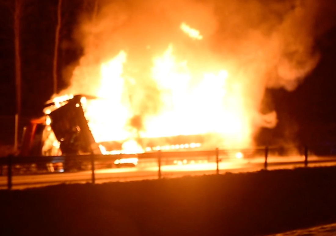 Lastbil på E4 fattade eld
