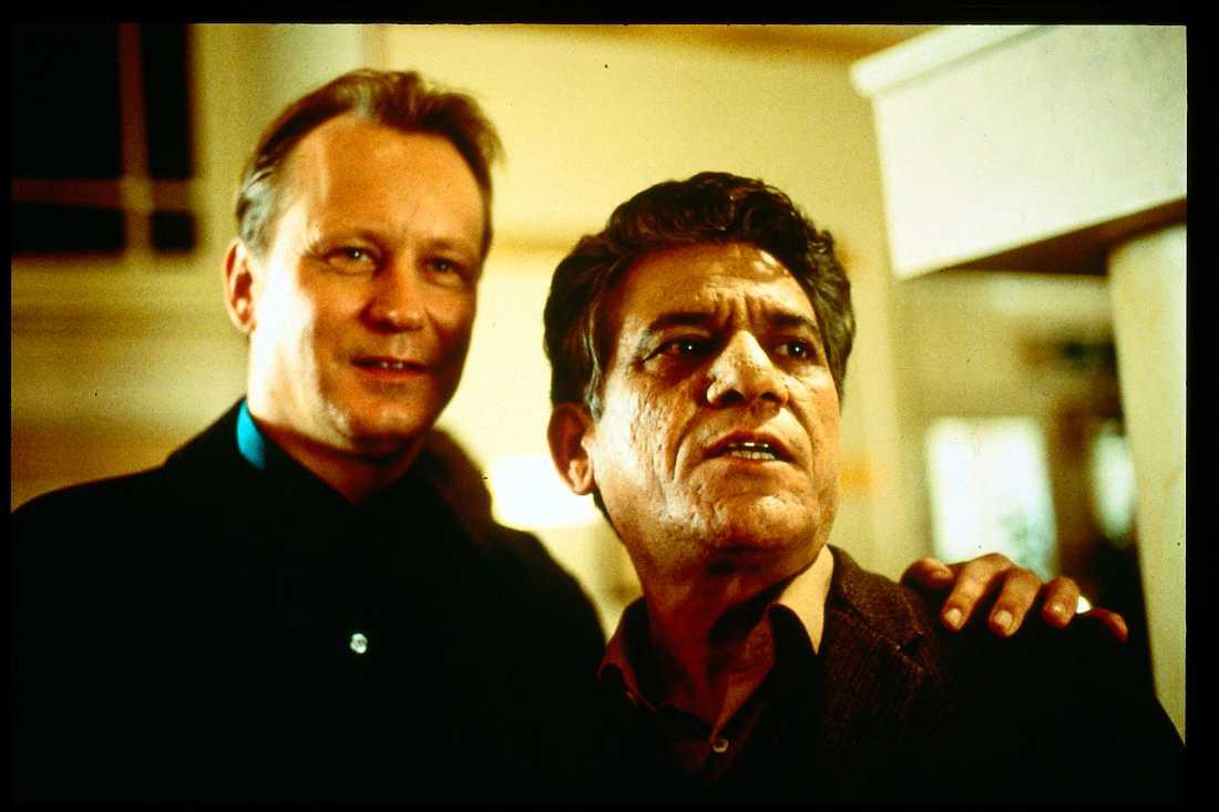 """Om Puri tillsammans med Stellan Skarsgård i filmen """"My son the fanatic"""" 1997."""