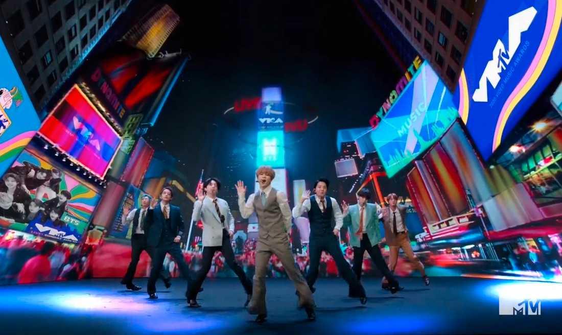 """Den sydkoreanska popgruppen BTS har sin första etta på den amerikanska singellistan, med låten """"Dynamite""""."""