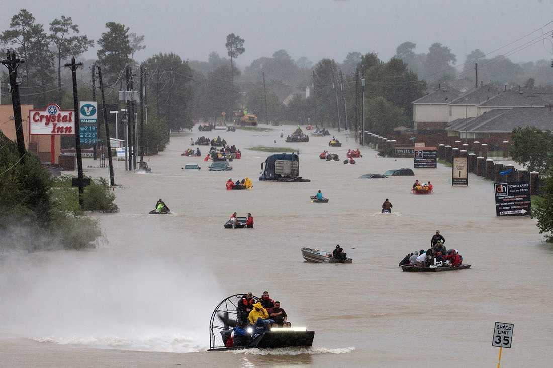 Bilvägarna är fyllda med vatten och båtägare hjälper till att evakuera boende.