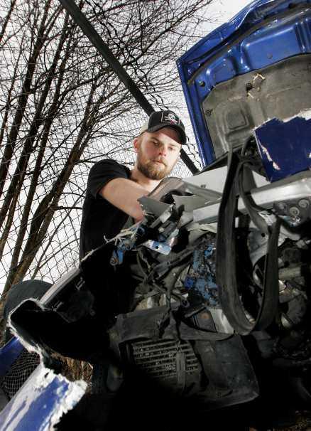Jonathan Kroon med det som är kvar av hans Nissan 300 ZX. Nu strider han med försäkringsbolaget om hur mycket sportbilen är värd.