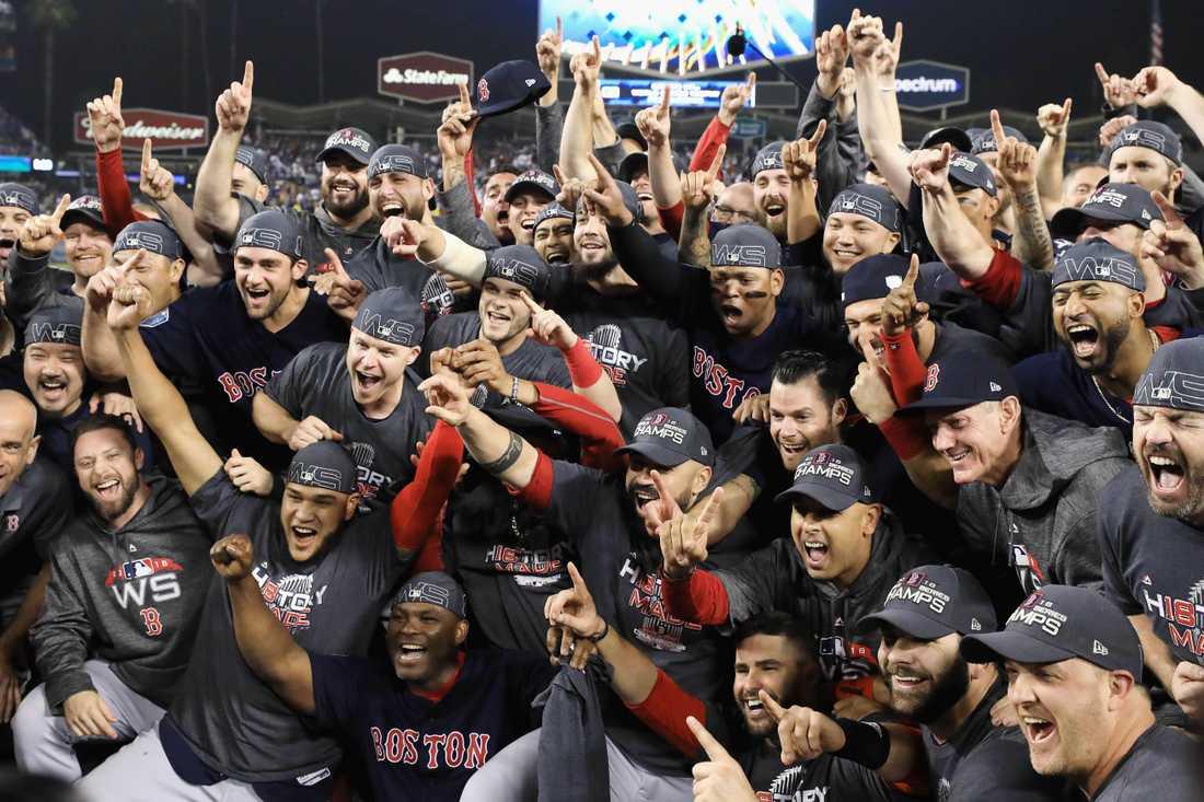 Boston Red Sox-spelare firar segern på arenan i Los Angeles.