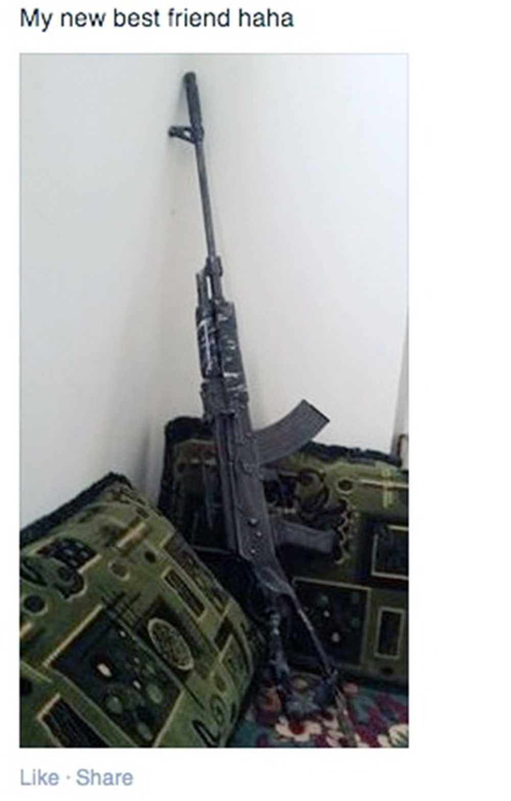 """Kvinnan har lagt upp en bild på sin Facebooksida på ett automatvapen med texten """"My new best friend haha""""."""