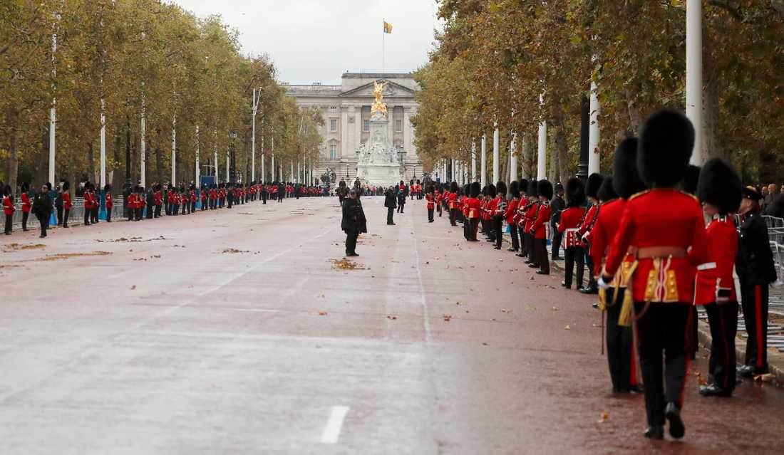 Poliser och soldater håller linjerna framför Buckingham Palace vid statsöppningen i oktober.