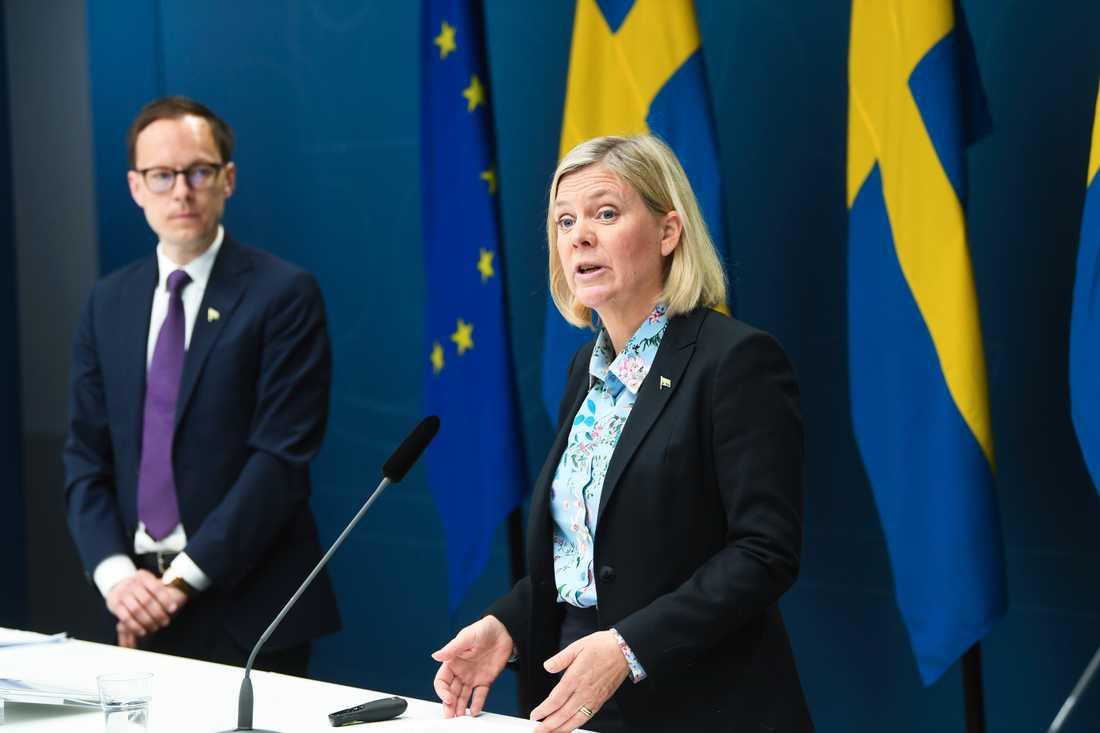 Mats Persson ekonomisk-politisk talesperson i Liberalerna, och finansminister Magdalena Andersson (S) vid dagens pressträff.