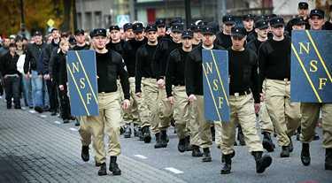 Ett hundratal nynazister från Nationalsocialistisk front - många av dem i uniform - marscherade i går genom Linköping.