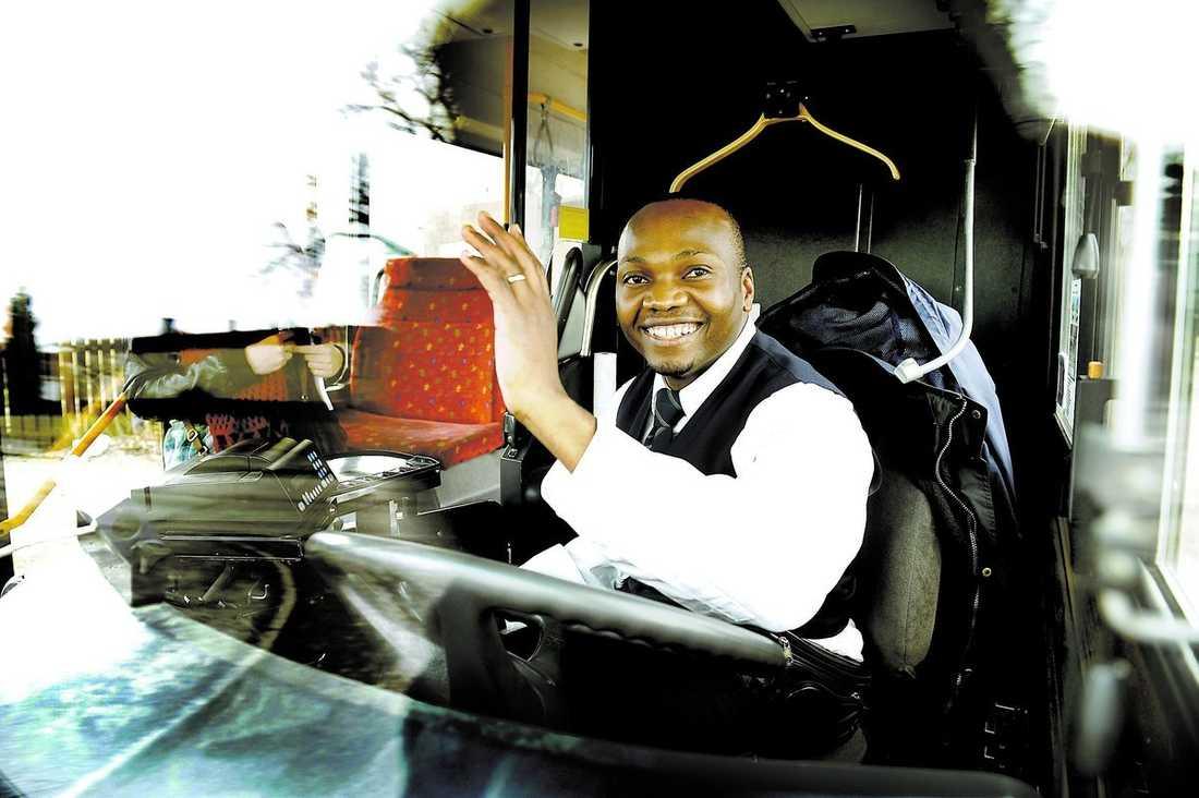 """makalös Amos Makajula, 32, rattar bussar i Uppsala. Och passagerarna tycker om honom. Flera tusen personer har gått med i en hyllningsgrupp på Facebook. """"Jag saknar ord. Det är helt makalöst"""", säger Amos."""