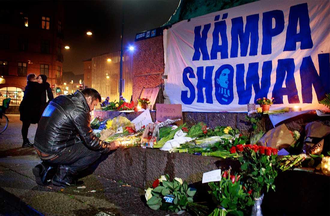 slåss för sitt liv  Två unga män fick livshotande skador vid nazisternas angrepp i Malmö. I måndags hölls en manifestation mot våldet vid Möllevångstorget. I dag planeras nya demonstrationer på flera platser i landet. Foto: Krister Hansson