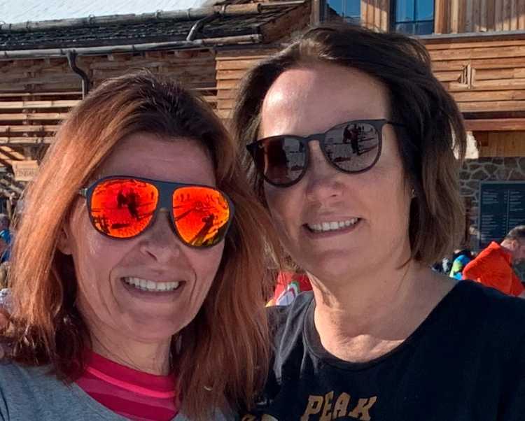 Tina Thiel, 56 och Jessica Hansson, 52, på skidsemester i Ischgl i Österrike.