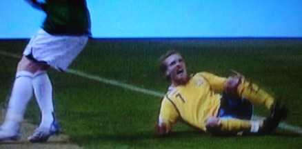 Borta Christian Wilhelmsson bars ut på bår efter att ha trampat snett.