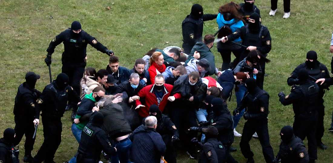 Poliser attackerar demonstranter, Minsk 11 oktober.
