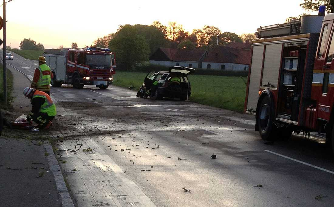 Fyra ungdomar skadades svårt när de körde in i en dunge i Vollsjö. Två har livshotande skador.