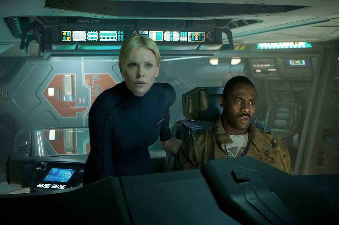 "Charlize Theron och Idris Elba i ""Prometheus""."