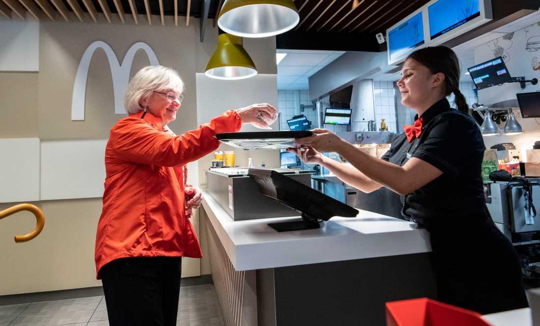 Pia Kjærsgaard tar en burgare efter sin debatt med socialdemokraternas Mattias Tesfaye på McDonald's i Brøndby i utkanten av Köpenhamn.