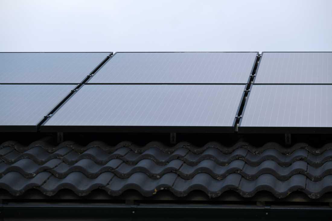 Solceller på taket. Det statliga solcellsbidraget kan hinna ta slut och tusentals stockholmare står i kö för att få bidraget.
