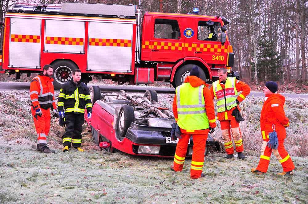 FLERA HALKOLYCKOR En personbil voltade i morse på RV52 i höjd Ica vid Stigtomta utanför Nyköping.