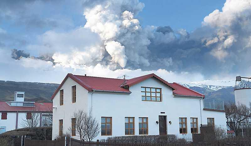 Vi är små Hos många väcker vulkanutbrottet på Island antagligen en känsla av ödmjukhet. Inför väldiga krafter som förflyttar kontinenter, formar om landskap och skuggar solen är människan maktlös.