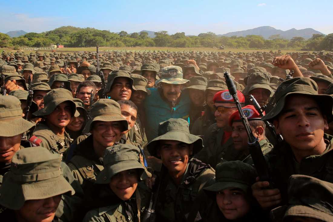 Venezuelas president Nicolás Maduro omgiven av militärkadetter, fotograferad på lördagen.