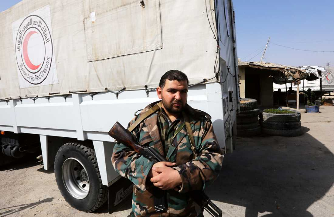 Regimsoldat vid en hjälpsändning från arabiska Röda korset