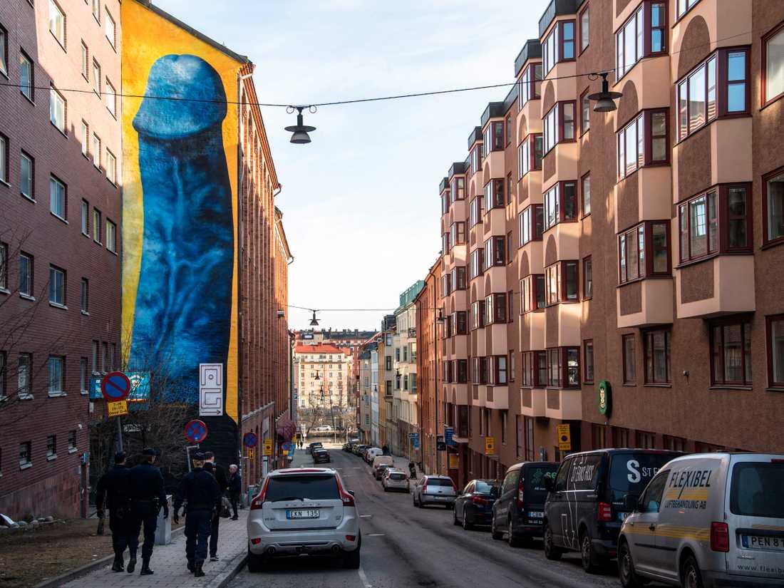 En flera meter hög, blå, erigerad penis avbildas på Kronobergsväggen på Kungsholmen i Stockholm.