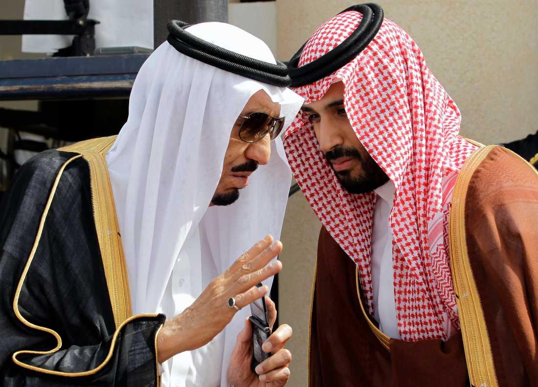 Saudiarabiens kronprins Mohammed bin Salman (MBS, till höger) tillsammans med sin far, kung Salman (till vänster). Bilden är från 2012. Arkivbild.