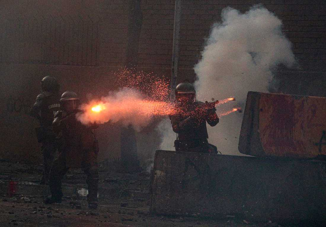 Poliser avfyrar tårgasbehållare mot demonstranter under protester i Chiles huvudstad Santiago den 6 mars. Arkivbild.