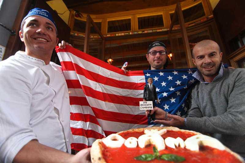 """I Neapel serveras den nya pizzan """"Obama"""" för att fira att USA:s demokratiske president blev omvald. Frågan är om den lilla dockan också står på menyn."""